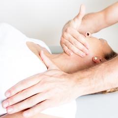 Osteopathie mit aelterer Frau