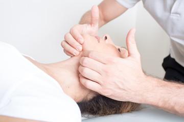 Physiotherapie mit einer Seniorin