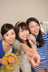 カラオケを楽しむ若い女性3人