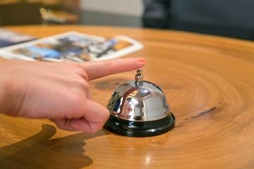 ホテルのフロントでベルを鳴らす