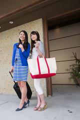旅館の玄関に立つ若い女性2人