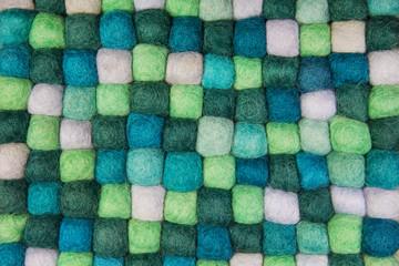 Hintergrund aus Filz in grün, apfelgrün, flaschengrün und weiß