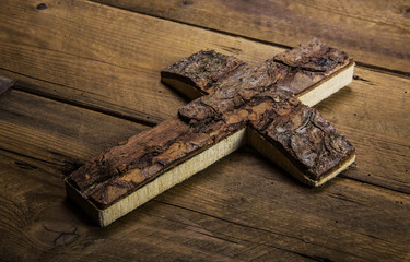 Kreuz Jesu Christi aus altem Holz als Beileidskarte