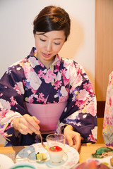 浴衣姿で旅館の食事を楽しむ若い女性