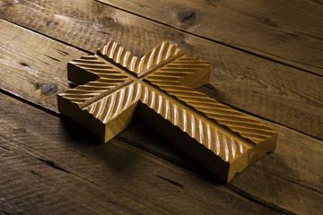 Kreuz aus Holz als rustikale Trauerkarte oder Symbol für Glauben