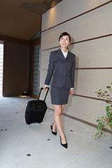 ホテルのロビーを歩くビジネスウーマン