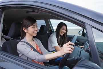 車を運転する女性と助手席に座る女性