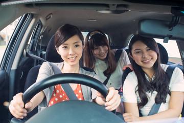 ドライブする若い女性3人