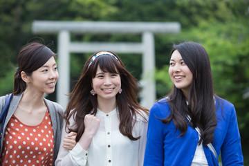 パワースポットを旅する若い女性3人