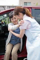 車への乗車を介助する介護福祉士