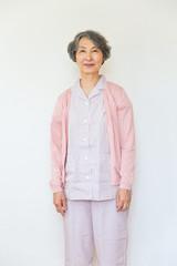 パジャマ姿のシニア女性患者