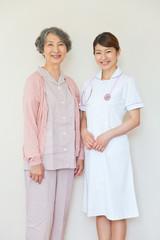 並んで立つシニア女性患者と看護師