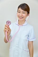 聴診器を持つ看護師