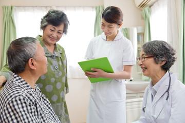 シニア男性患者と話す医師と看護師