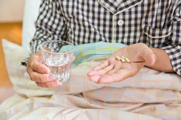 薬を飲むシニア男性患者