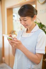 スマートフォンを操作する看護師