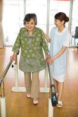 歩行リハビリをするシニア女性と介護福祉士