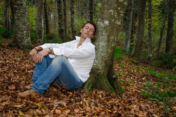 Uomo d'affari dorme sotto un albero