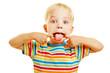 Kind zieht Grimasse mit rausgestreckter Zunge