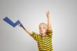 Kind hält Blitz als Symbol für elektrischen Strom