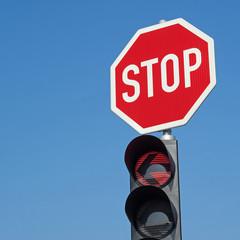 Stop - Stopschild - Schild - Verkehrsschild - Straßenverkehr