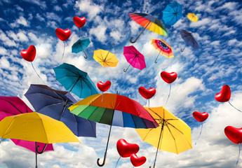 Sonniger Tag mit bunten Regenschirmen und Herzluftballons :)