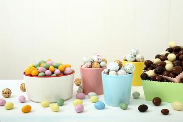 uova di zucchero e cioccolato gruppo su tavolo