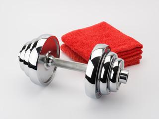 Kurzhantel mit roten Handtüchern