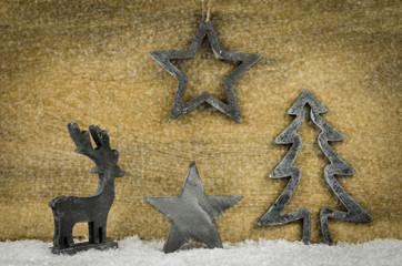 weihnachtsdeko vor holzhintergrund im schnee