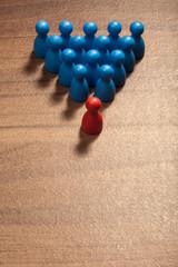 Vor der Gruppe, Konzept mit Spielfiguren auf Holz