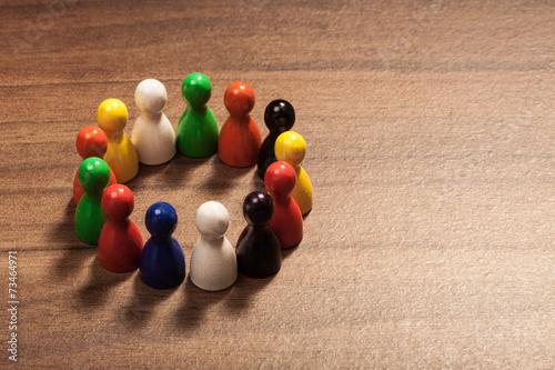 Diversität Konzept, Freundeskreis, Spielfiguren auf Holz Tisch - 73464971