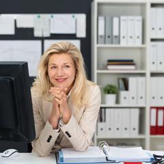 entspannte geschäftsfrau am arbeitsplatz