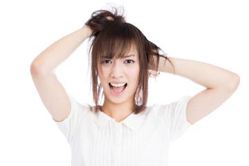 髪をかき乱す女性