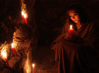 Frau mit Kerze, Andacht