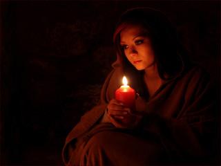 Andächtig Frau mit Kerze