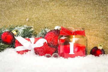 1. adventskerze im schnee