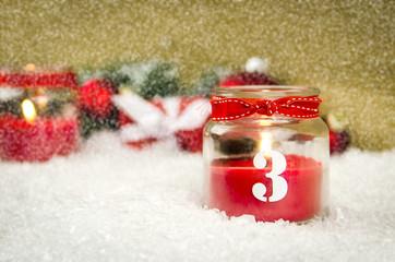 3. adventskerze im schnee