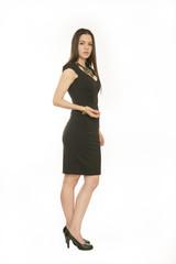 Frau in schwarzem Abendkleid