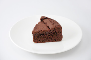 お皿にのせた チョコレート ケーキ ガトー ショコラ 白背景