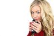 blonde junge Frau trinkt Tee