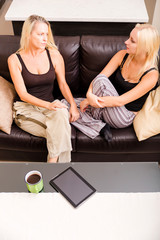 Mutter und Tochter mit Tablet Pc auf dem Sofa