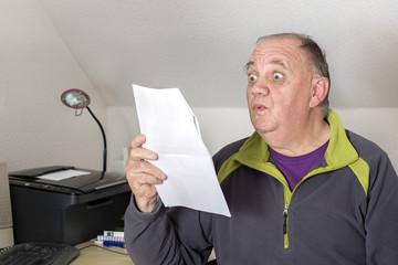 homme au bureau lisant le courrier