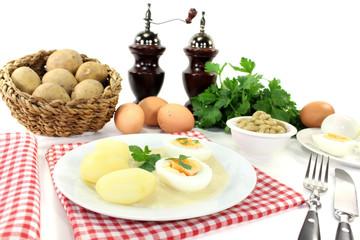 Senfeier mit Kartoffeln und Petersilie