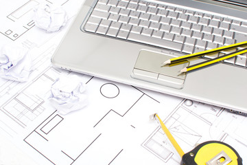 Ordenador portatil, metro y planos