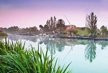 el rio en amaneciendo en calma