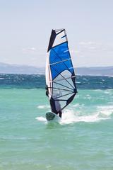Surfer mit seinem Surfbrett am Meer im Sommer Urlaub