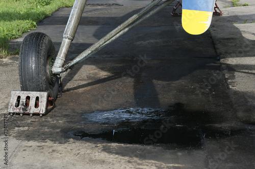 Fotobehang Luchtsport Öllache unter Fahrwerk eines Doppeldeckers