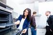 Leinwanddruck Bild - Paar sucht Küche im Möbelhaus aus