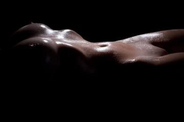 Nackter Bauch einer schlanken Frau nass gesprüht