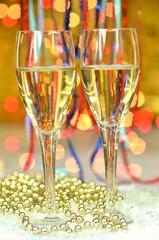 dwa kieliszki szampana na tle bokeh